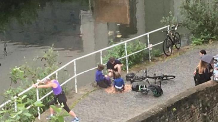 gente en puente