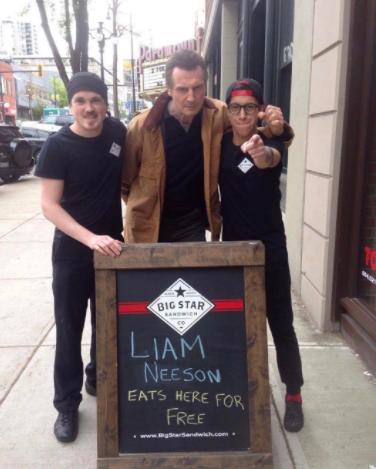 Liam Neeson en café
