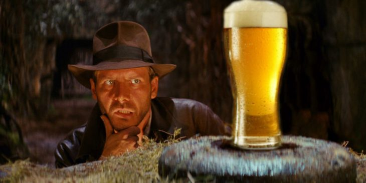 vaquero viendo a una cerveza