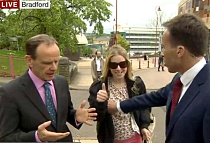 Reportero toca seno