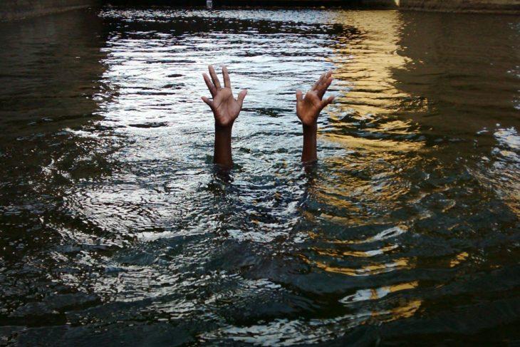 hombre ahogándose rio
