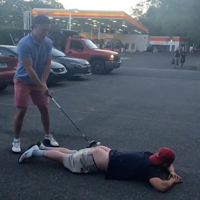 Jackass de la vida real: Intentó jugar golf sobre el trasero de su amigo y todo salió terriblemente mal 1