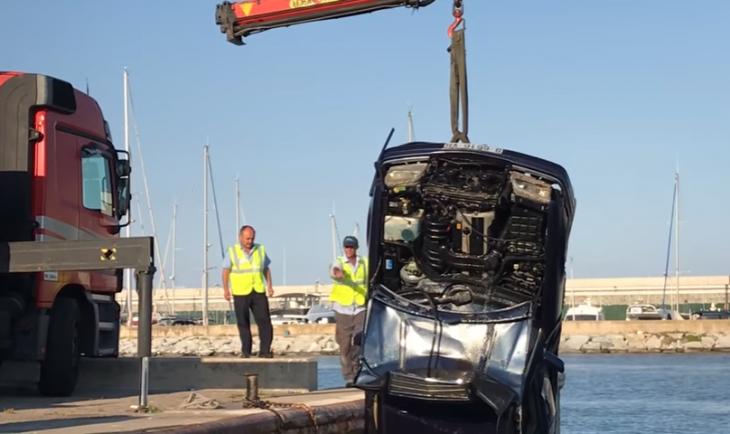 carro en el mar