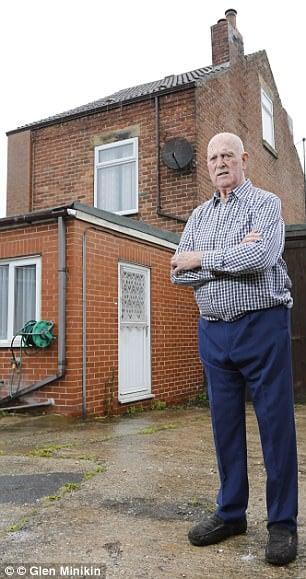 Abuelo se niega a dejar su casa