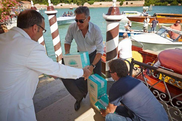 George Clooney carga cajas de tequila