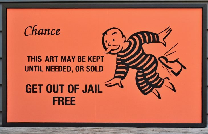 Presento tarjeta de Monopoly para no ser arrestado