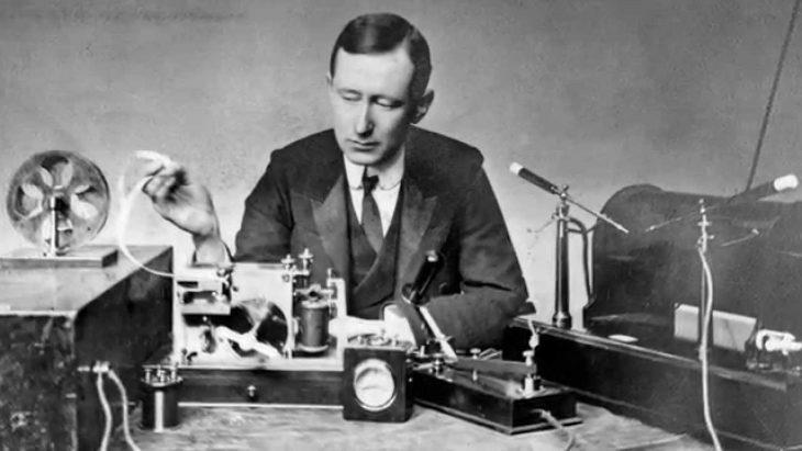 Guglielmo Marconi trabajando