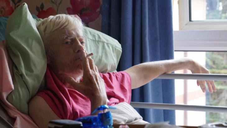 Hombre en etapa terminal abandona el hospital para ir a fumarse un último porro