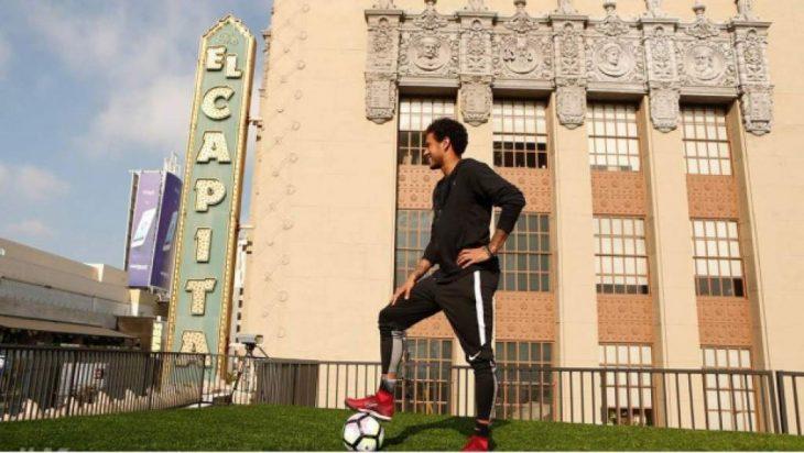 Neymar en Jimmy Kimmel mete gol de edificio a otro