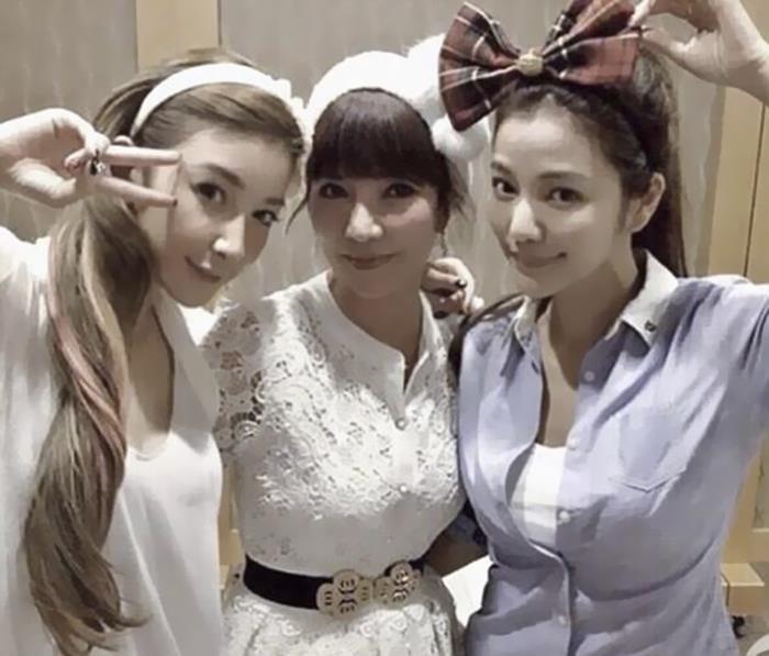 Lure Hsu con su madre y su hermana
