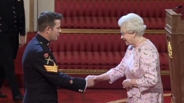 Desactivador de bombas Kim Hughes y la reina
