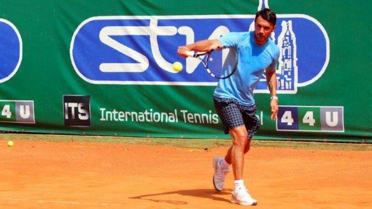 Paolo Maldini jugando tenis