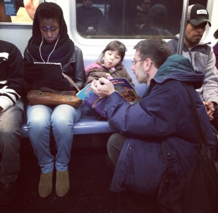 papa leyendo a su hija