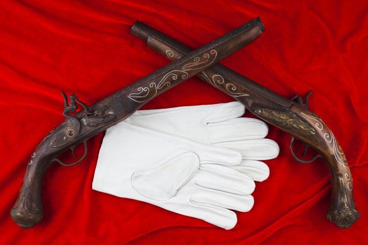 guantes blancos y armas duelo