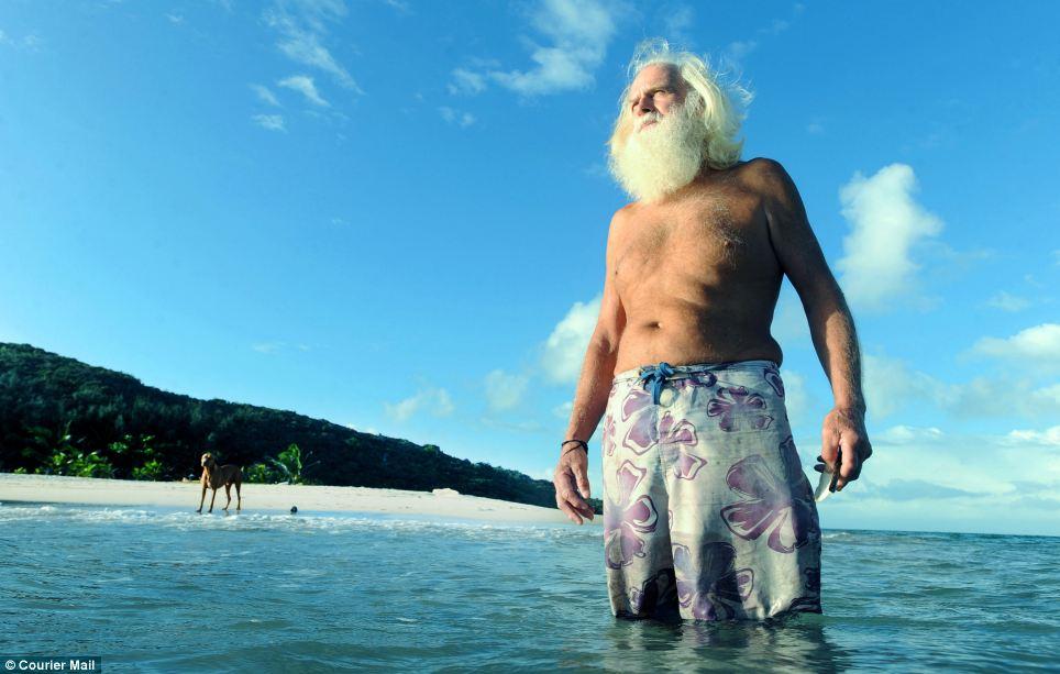 hombre vive solo en una isla