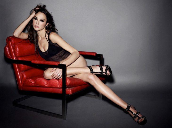 gal gadot sillón rojo lencería