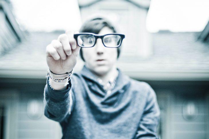 Hombre con lentes
