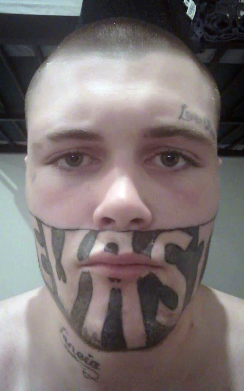 Se tatuó la palabra 'Devastado' en la cara y ahora se queja de que no le dan trabajo Mark Cropp