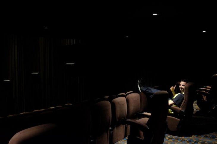 Hombre en el cine