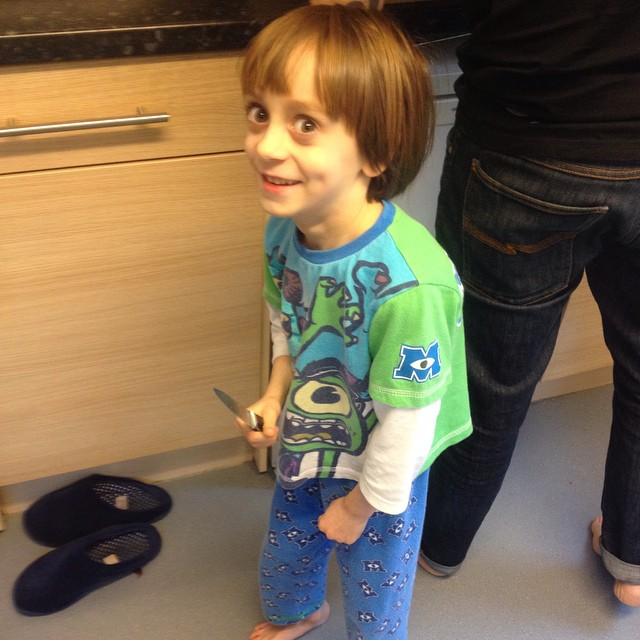 chico con cuchillo