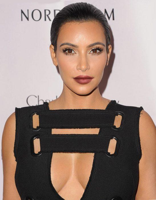 Kim Kardashian con labios rojos