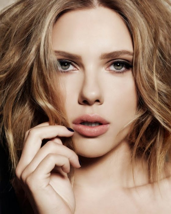 Scarlett Johansson posa para la cámara