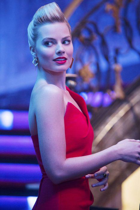 Margot Robbie con vestido rojo