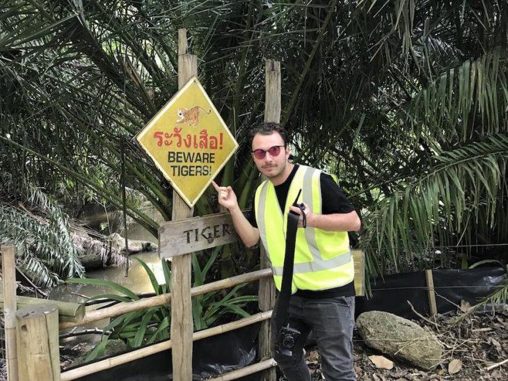 Hombre en el zoológico