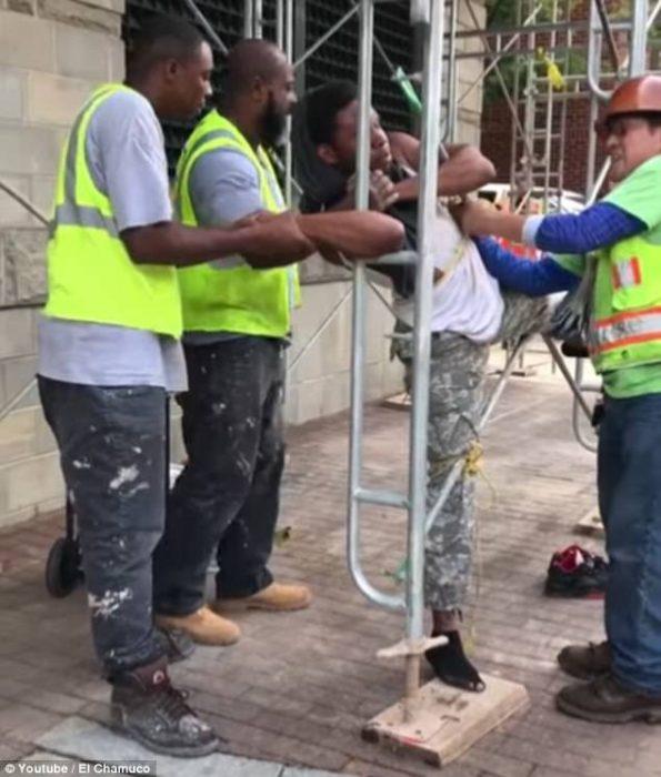 Trabajadores atan a ladrón