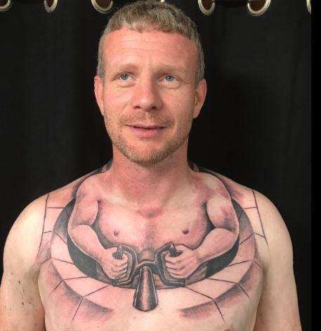 Se hizo un tatuaje que hace parecer que un hombre diminuto conduce su propio cuerpo