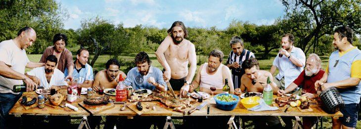 hombres en carne asada