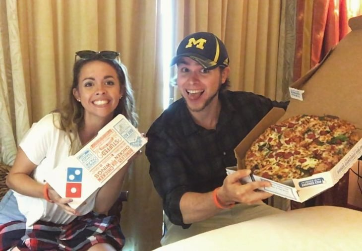 Pareja comiendo pizza