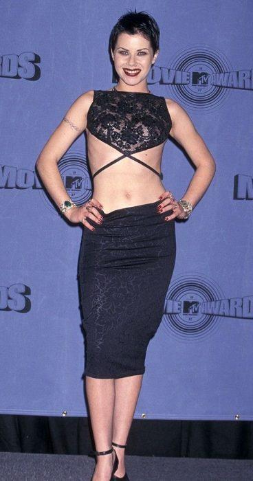 Fairuza Balk en vestido negro