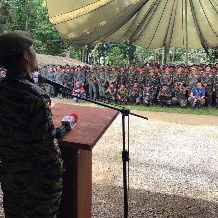 Manny Pacquiao dando discurso a militares