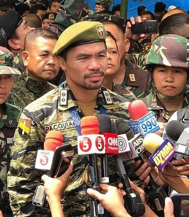 Manny Pacquiao, vestido de militar
