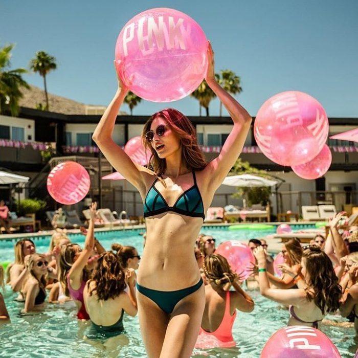Mujer con pelota en la piscina