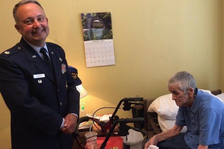 Oficial retirado del ejército con veterano