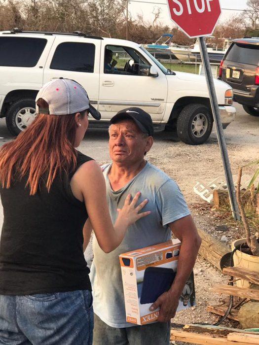 Hombre recibe donaciones y las da a personas que lo necesitan más