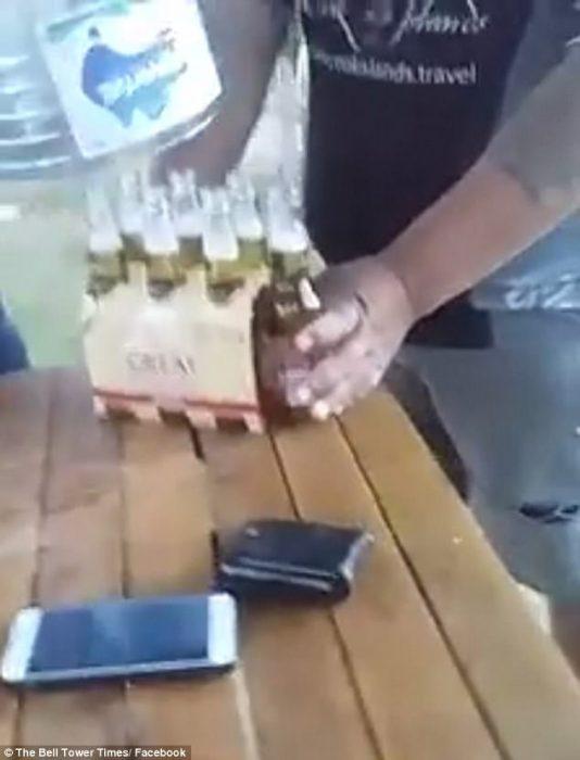hombre bebe cerveza