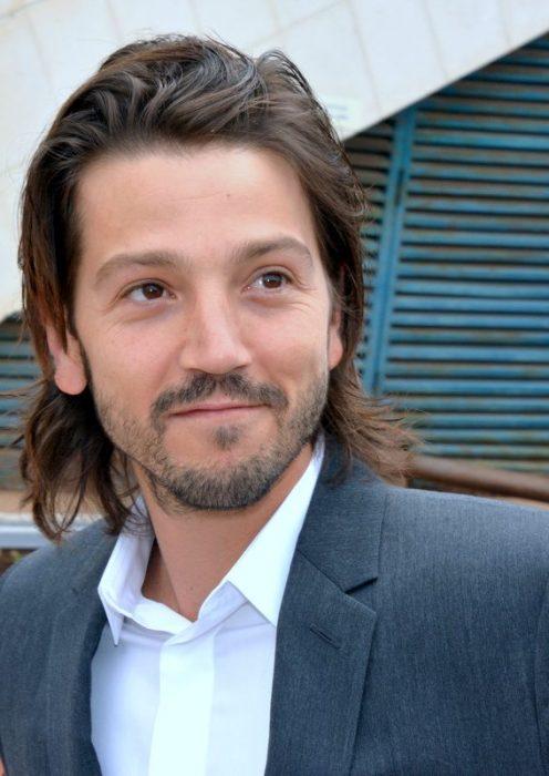 Diego Luna sonríe
