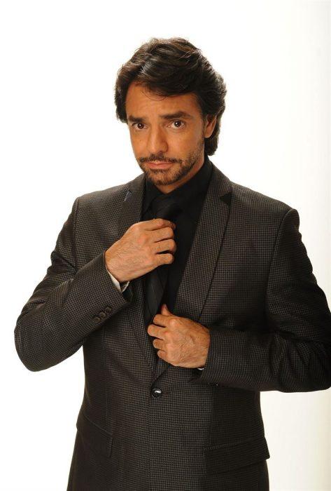 Eugenio Derbez con traje