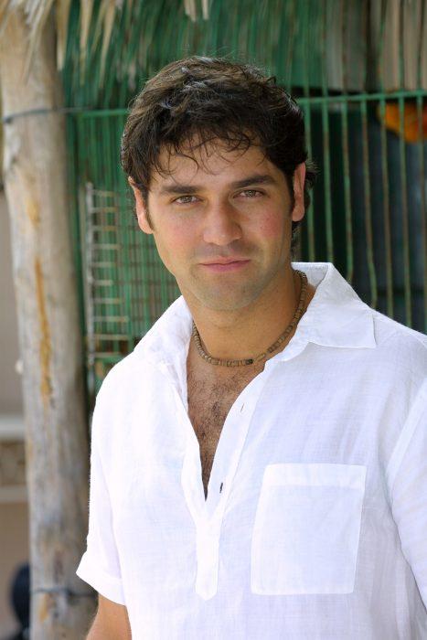 Valentino Lanús con camisa blanca