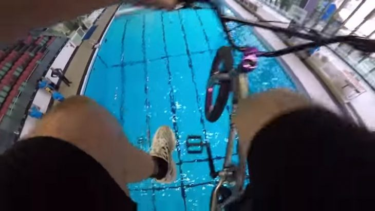 salta con su bici a una piscina
