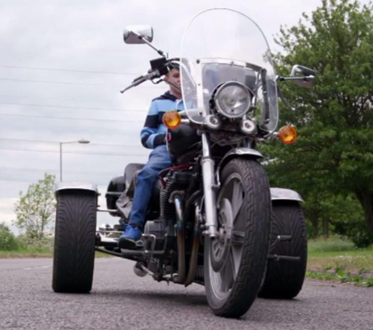 Niño compra casa y moto