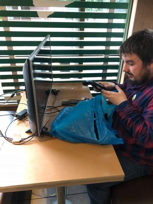 A este varón no le importó y llevó su tv y consola de videojuegos a McDonalds