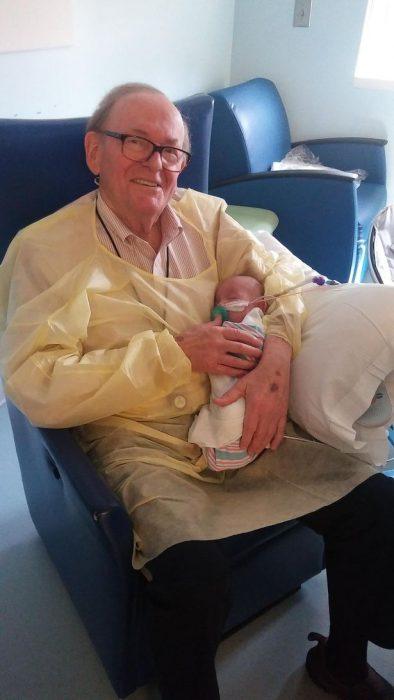 Abuelo cargando a un bebé