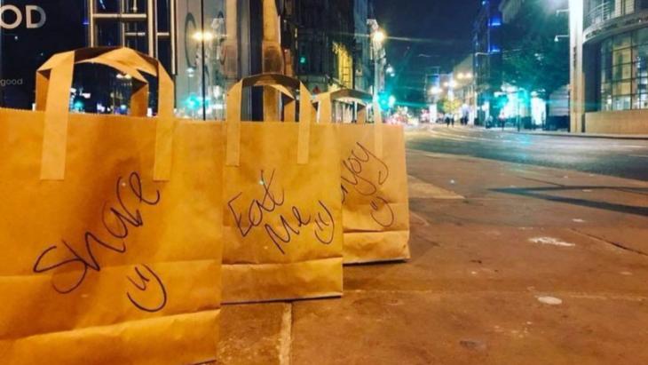 Bolsas de comida en la calle