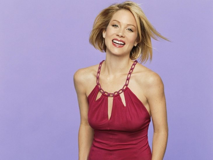 Christina Applegate sonríe