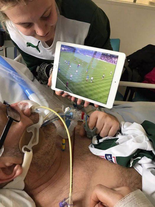 Viendo futbol en el hospital