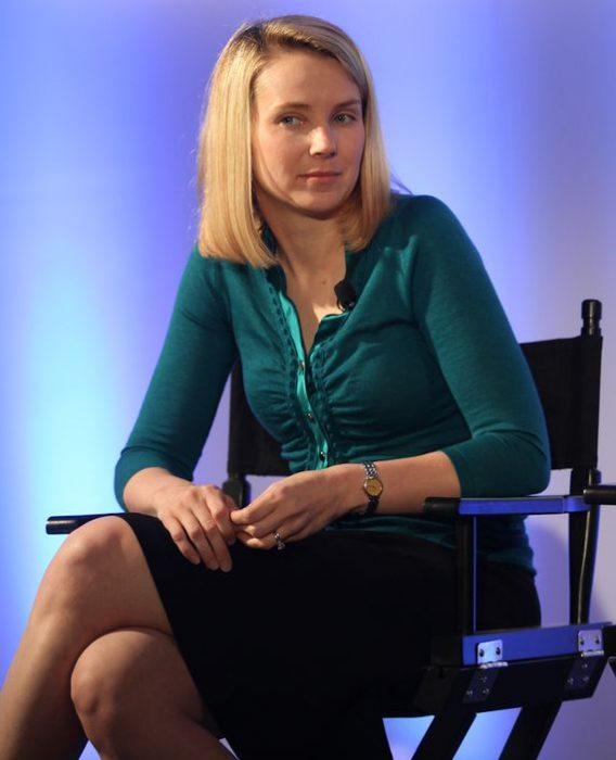 Marissa Mayer en una silla
